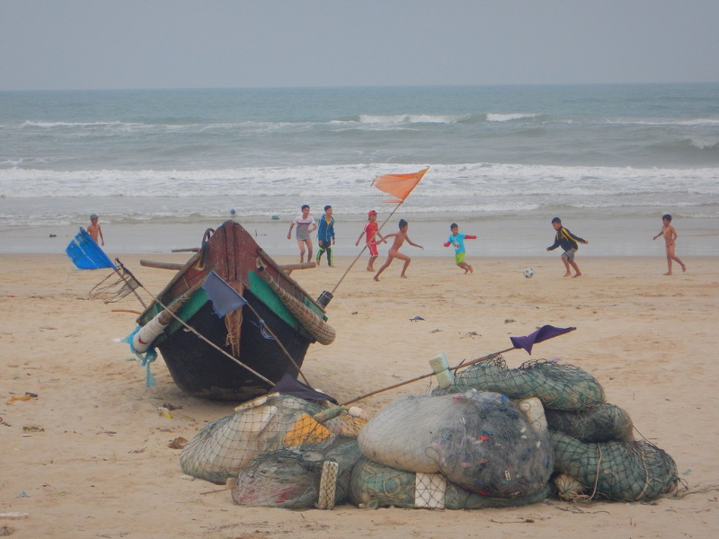 Bambini vietnamiti in spiaggia