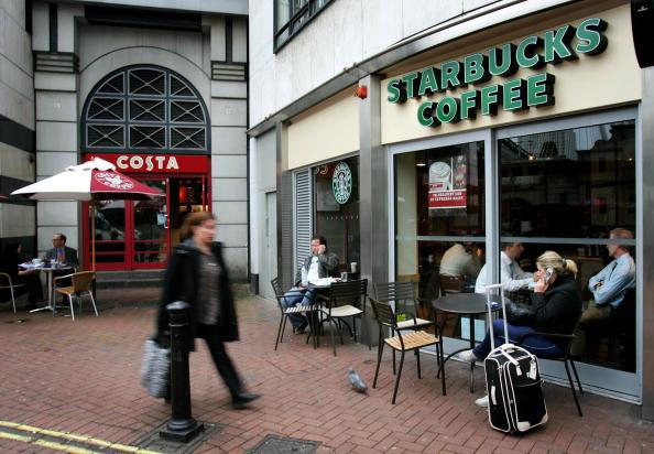 Il centro di qualsiasi altra città inglese è dominato dalle catene, come Costa e Starbucks