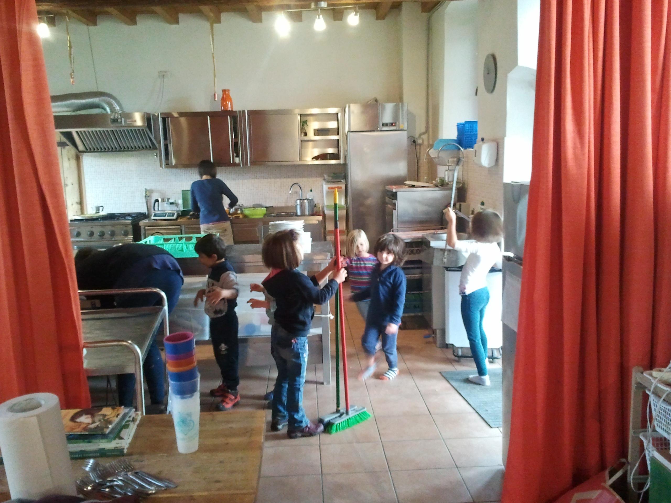 Dopo il pranzo i bambini aiutano nelle pulizie