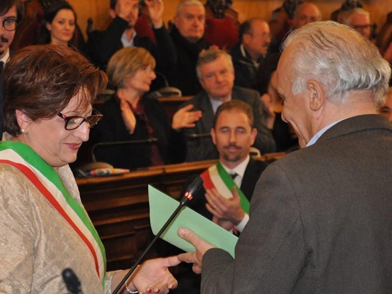 Il presidente dell'Associazione Comuni Virtuosi Bengasi Battisti consegna il premio alla sindaca maranese Piera Mora