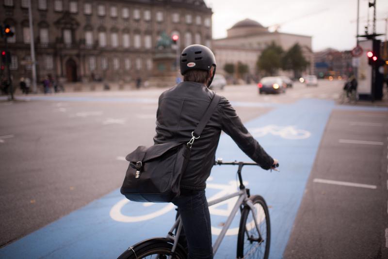 Cyclists and Cars in Copenhagen Fahrradfahrer auf Strasse in Kopenhagen.