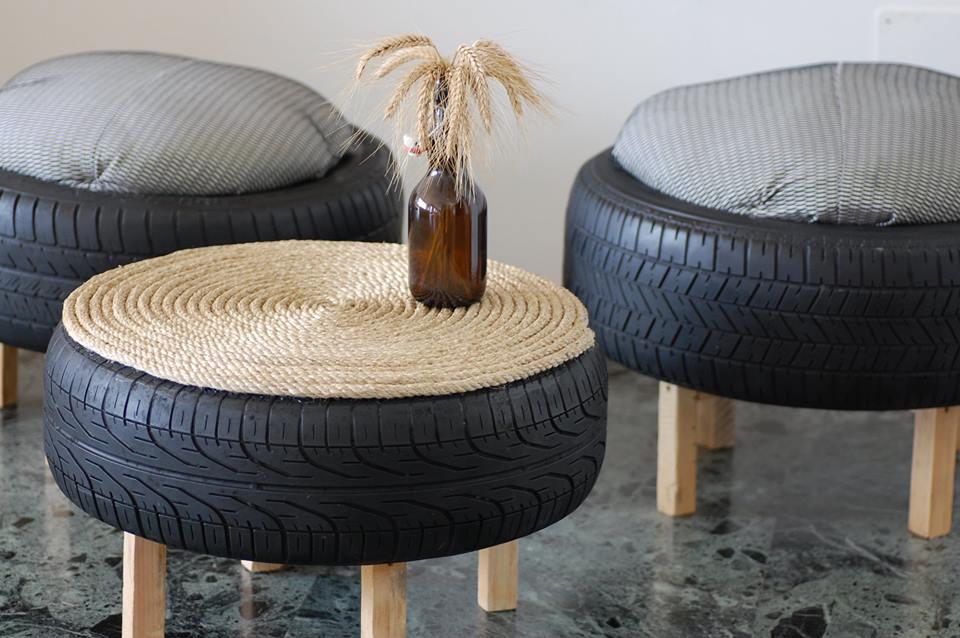 Sgabelli e tavolino realizzati con pneumatici recuperati sul fondale del Lago di Como