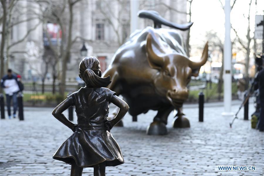 """Il Toro simbolo di Wall Street e la recente statua della """"bambina senza paura"""""""