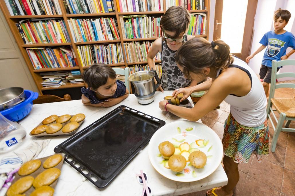 Bambine in cucina