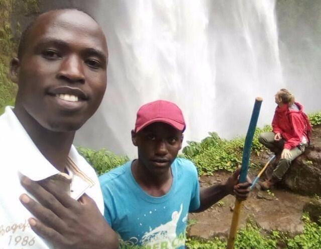 Nangweso, lo studente ugandese, con un suo amico