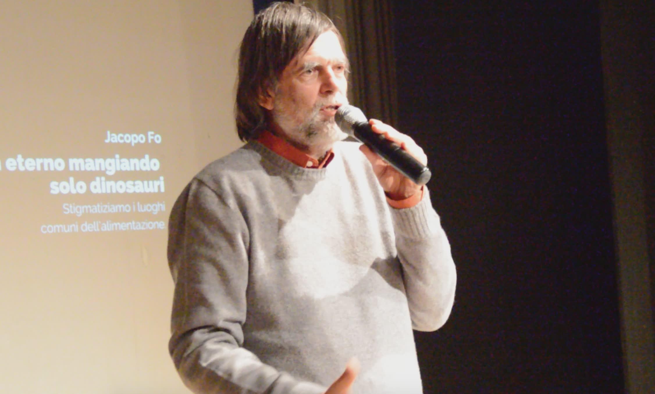 Jacopo Fo sul palco dell'Auditorium di Passignano