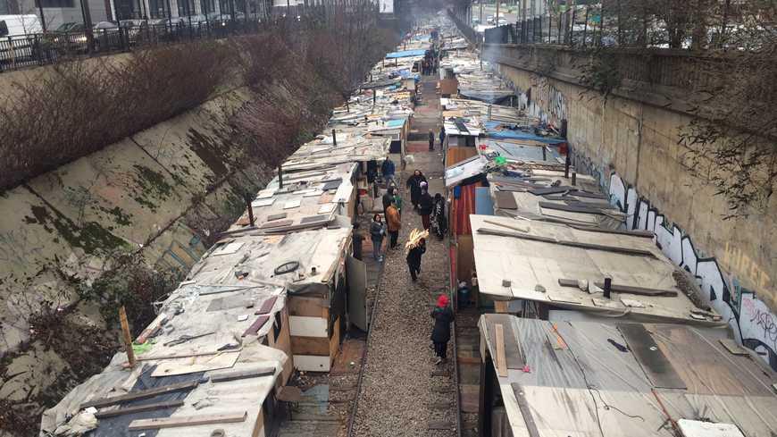 Quello che era considerato il maggior campo nomadi di Parigi, in cui vivevano quasi 400 persone di etnia Rom, smantellato qualche anno fa