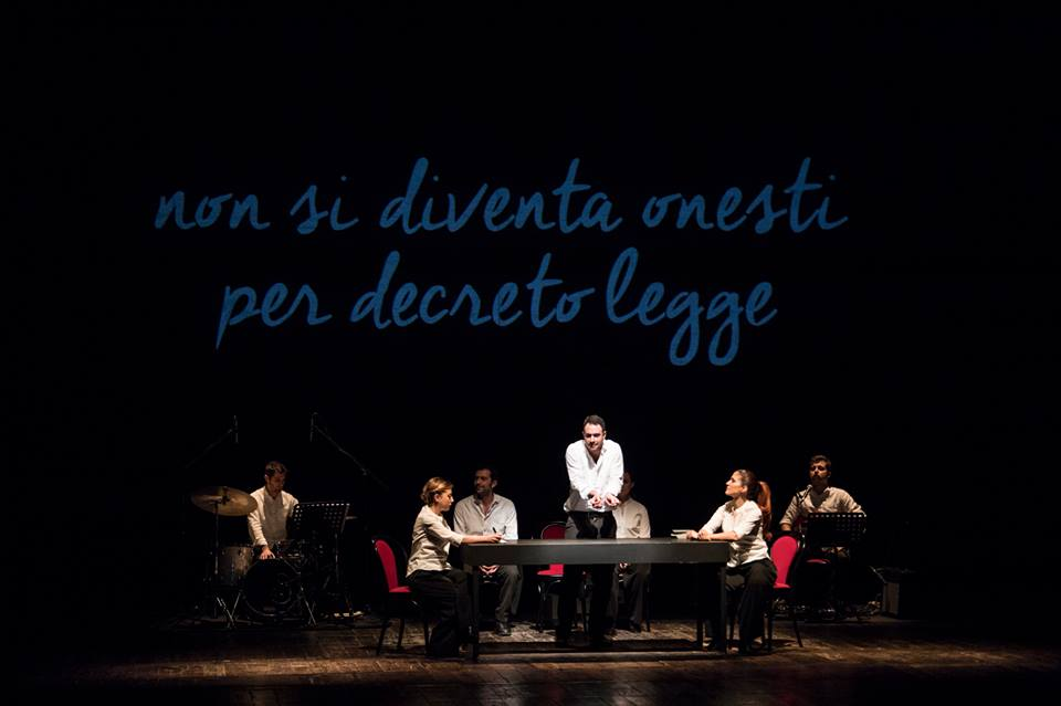 """Lo spettacolo """"Dieci storie proprio così terzo atto"""" in scena al Teatro San Ferdinando di Napoli"""
