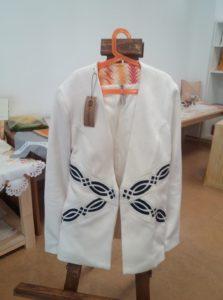 giacca simblo della filiera lavorata da3coop. in ginestra,ricamata a mano,fodera in stoffa rigenerata