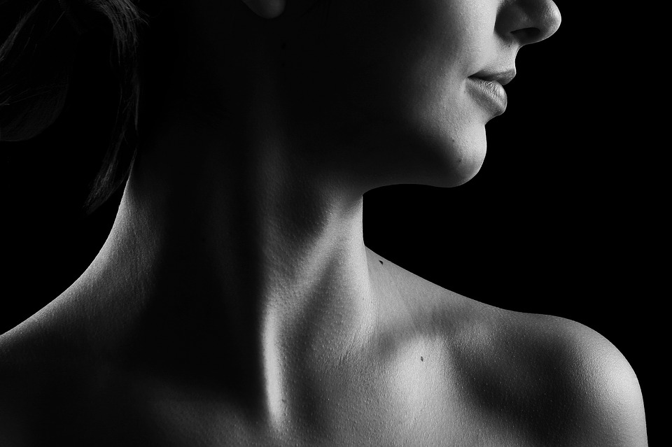 Collo di donna, dentro il quale si trova la ghiandola della tiroide