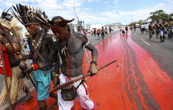 Immagine dalle proteste indigene a Brasilia, aprile 2018. 'Abbiamo dipinto di rosso le strade a simboleggiare quanto sangue è stato versato nella lotta per la protezione delle terre indigene', ha spiegato la leader indigena Sonia Guajajara. © Marcelo Camargo/Agência Brasil