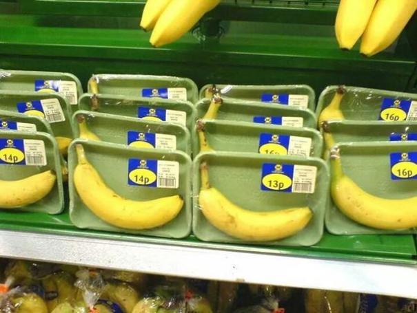 La spessa buccia della banana è biodegradabile ed è più che sufficiente a proteggere la polpa! (thenamenononehas)
