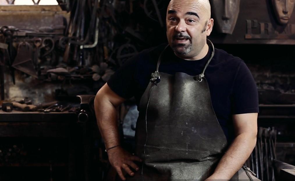 Nella Bottega Prata si lavora il ferro battuto trasformandolo in lampadari, letti e tantissime altre creazioni originali