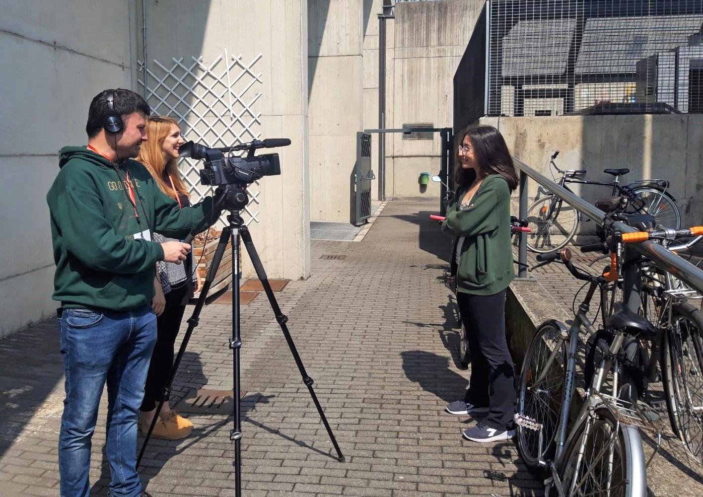 Lorena di Maria e Paolo Cignini intervistano una ragazza a margine dell'assemblea