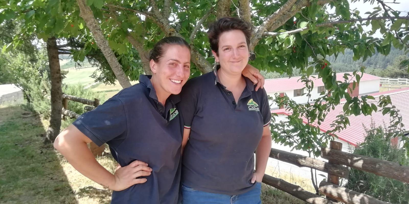 Le due giovani sorelle che gestiscono l'azienda agricola Cofone