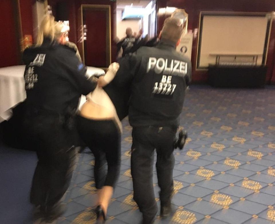Uno scatto dell'intervento della polizia all'assemblea degli azionisti Rheinmetall