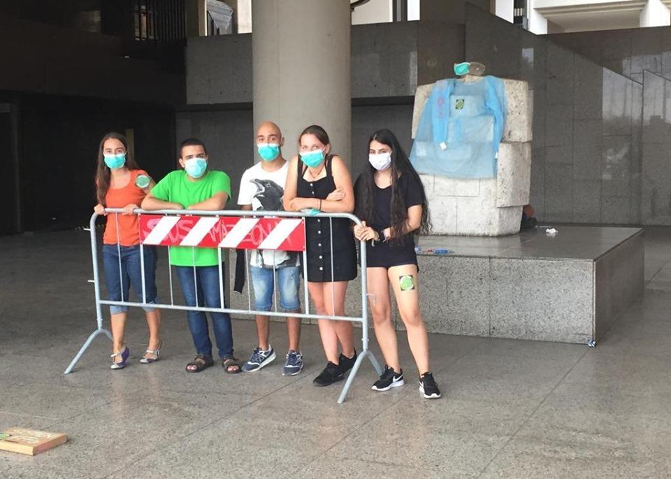 Il presidio del 30 agosto di alcuni attivisti di Fridays for Future Cagliari sotto il palazzo della Regione
