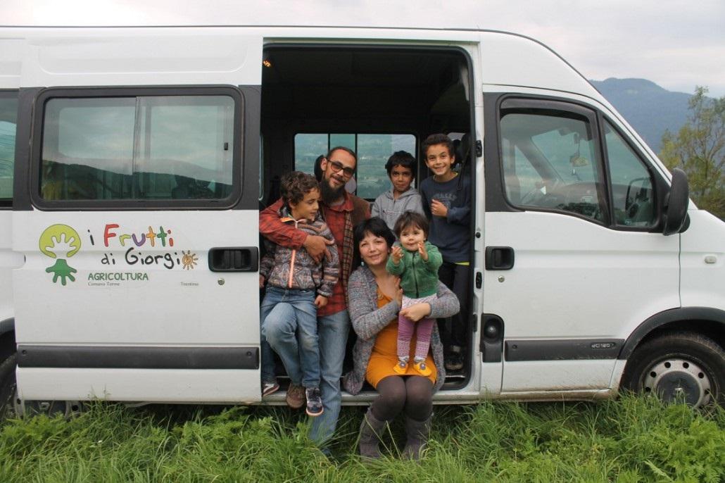 Giorgio e famiglia davanti al loro pulmino