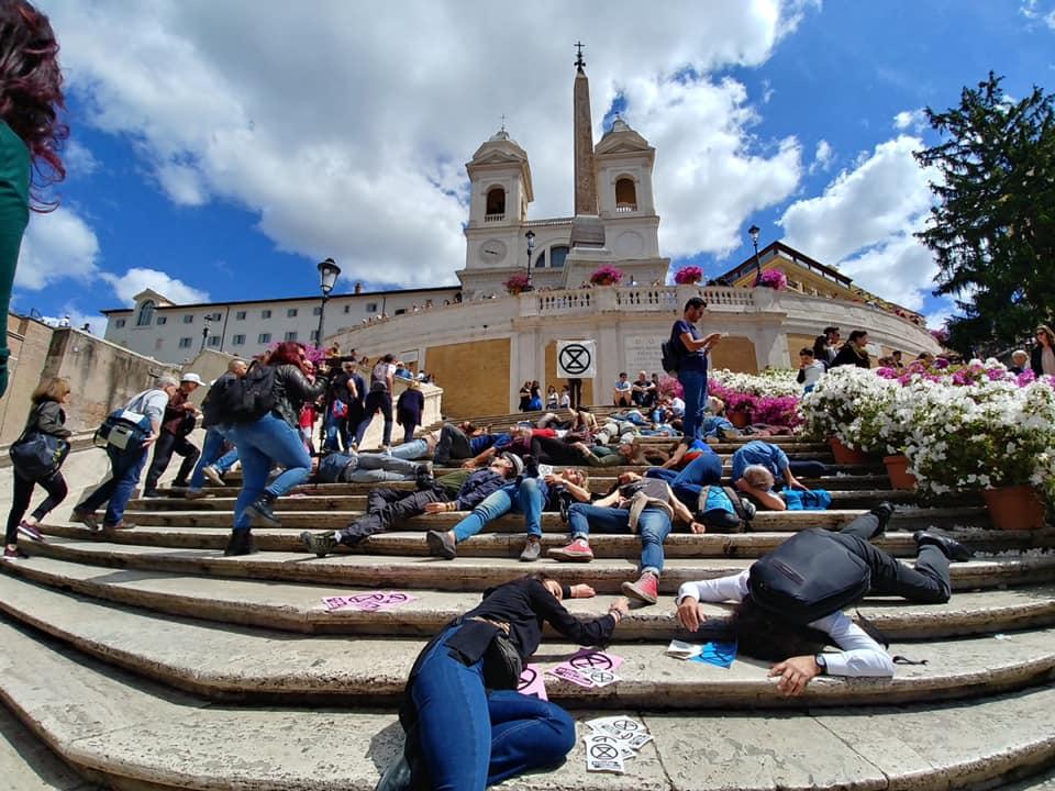 Un'azione di Extinction Rebellion in piazza di Spagna a Roma