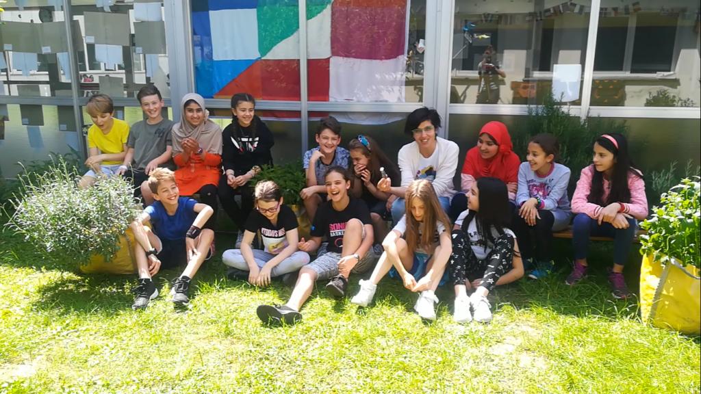 La maestra Alice Bertazzini e alcuni piccoli alunni nellorto della scuola Racchetti