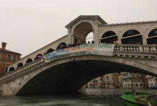 """""""Salviamo Venezia ed il mondo dai negazionisti del clima e dagli speculatori"""" – GUARDA LE FOTO"""