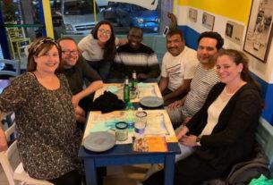 A Roma i turisti cenano con i rifugiati per scambiare storie e segreti di cucina