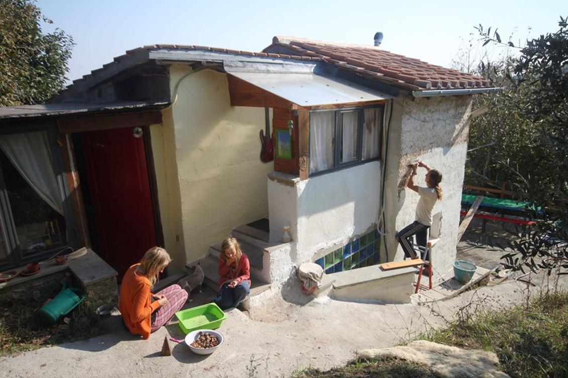 C È Una Casa Nel Bosco la nuova vita di una famiglia in una casetta ben nascosta