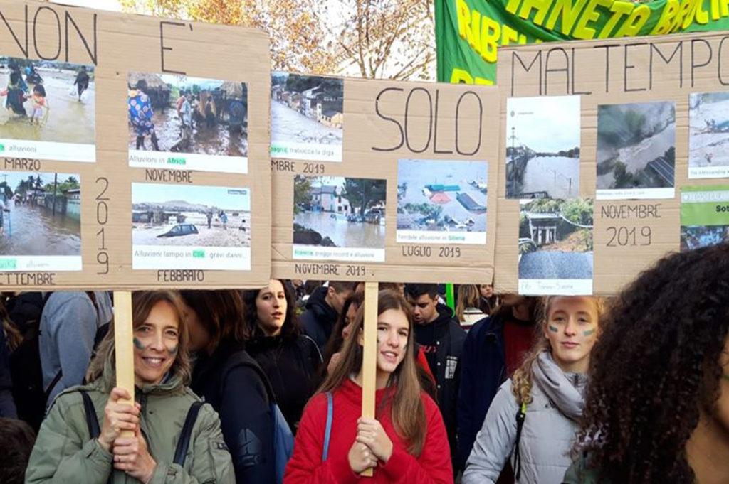 Non importa in quale città o in quale parte del mondo ci troviamo: l'emergenza climatica riguarda tutti. Oggi ripercorriamo i pensieri e le azioni dei gruppi Fridays for Future del Piemonte che ci hanno accompagnato in quest'anno, diffondendo consapevolezza nella lotta in difesa dell'ambiente nella nostra regione.