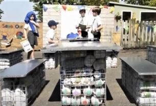 In Inghilterra i bambini hanno creato un'aula all'aperto con plastica riciclata