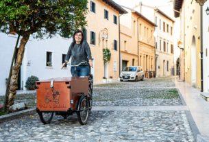 Tamara, la scollocata che consegna in bici le verdure dell'orto