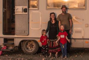 Una famiglia in viaggio su una casa mobile e sentieri non tracciati