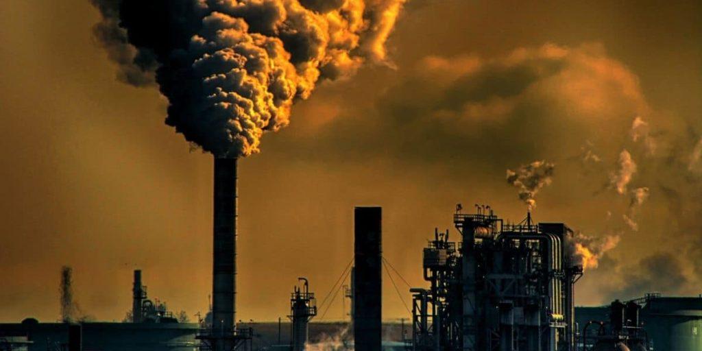 Ciminiere di una raffineria emettono di gas serra responsabili del riscaldamento globale