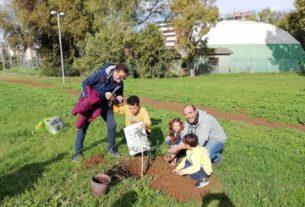 """""""Noi piantiamo alberi e ci prendiamo cura della comunità"""": la rete di attivisti del litorale laziale"""