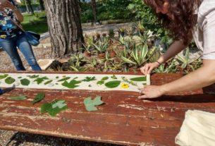 Tingere con fiori, radici e foglie: l'ecoprinting di Monica Biamonte