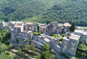 Il Condominio di Comunità: l'ospitalità diffusa rilancia l'antico borgo di Colletta di Castelbianco