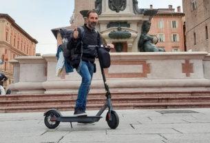 """Emanuele Sapuppo: """"Giro l'Italia in monopattino barattando libri"""""""