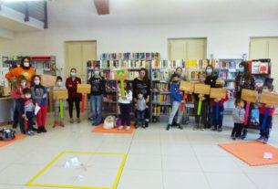 I bambini realizzano insegne con messaggi di gentilezza per la comunità