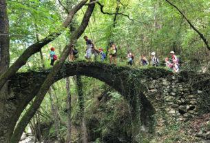 Verso la scuola nel bosco e sul fiume di Altopia, dove i bambini crescono nella natura