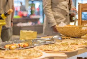 A Torino gli studenti dell'istituto alberghiero preparano i pasti per i senzatetto