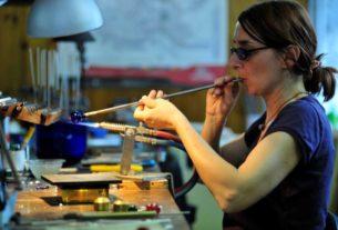 Elena Rosso e le sue emozioni trasparenti: l'arte del vetro di Murano in Liguria