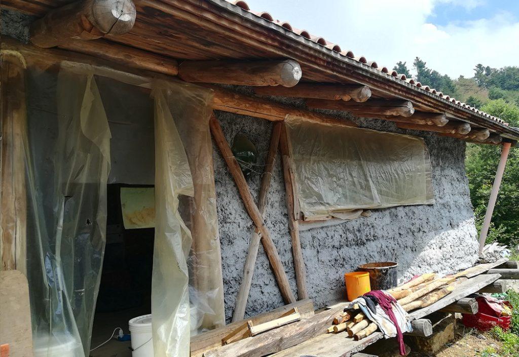Casa in costruzione in legno terra cruda e paglia2