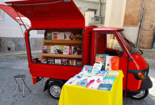 Alessandro, l'ex operaio che gira per la città con una libreria itinerante