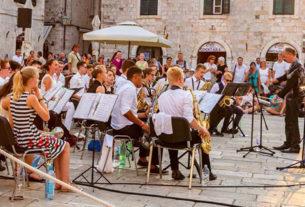 """Viva, il bando che fa ripartire l'offerta culturale """"dal vivo"""" nelle città"""