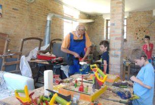"""Gino Chabod, l'artigiano del legno che insegna ai bambini il """"saper fare"""""""