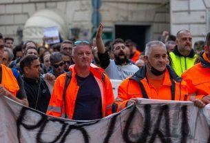 """Porto di Genova: """"Staremo qui finché non otterremo quello che ci spetta"""""""