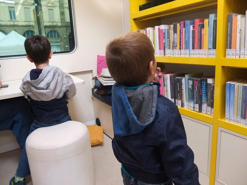 bibliobus biblioteca itinerante torino promuove cultura 1571671884