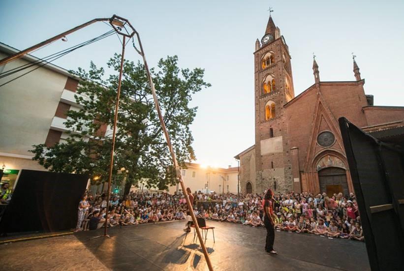 lunathica festival teatro strada coinvolge comunita locali 1559125643