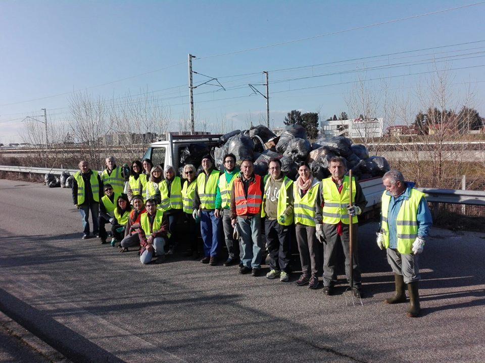 puliamo romentino sindaco e cittadini raccolgono rifiuti 1524149568