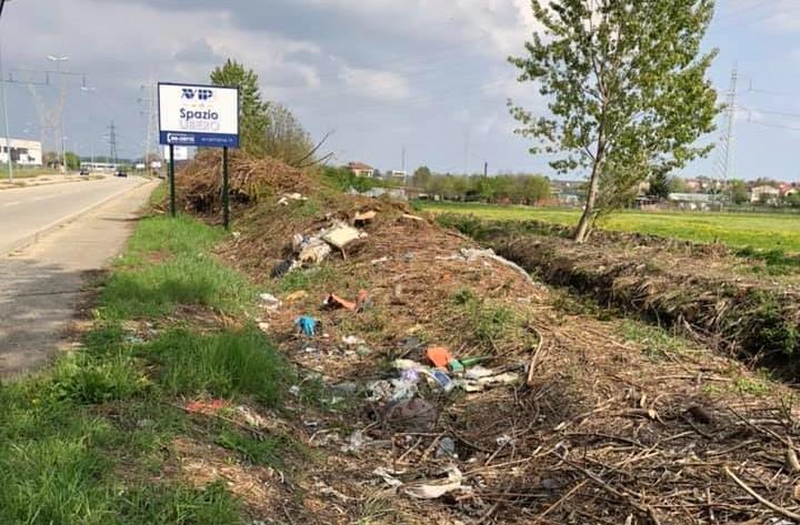 raccolgono differenziano rifiuti abbandonati strada esempio due giovani moncalieri 1555493743