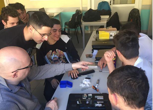restart cafe torino studenti incontrano riparare oggetti rotti 1571350582